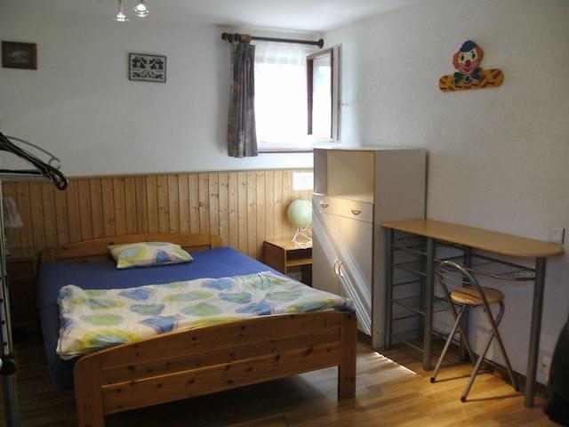 Beautiful Room 4km from the center of Geneva WiFi