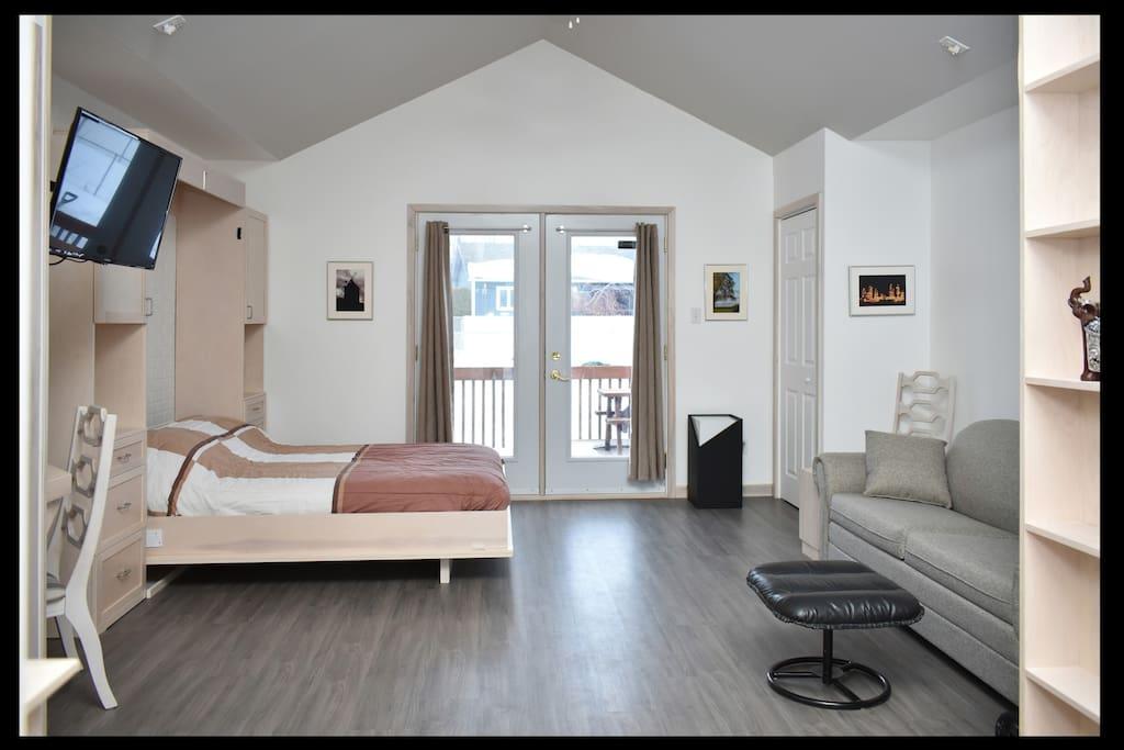 Un lit escamotable de 2 places et divan lit dans la même piece.