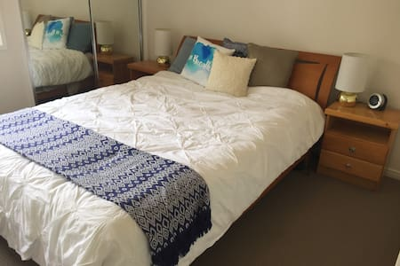 Private Room with Ensuite in Modern Town House - Coorparoo - タウンハウス