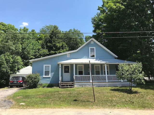 Family friendly home /yard/5 min Loon,walk to town