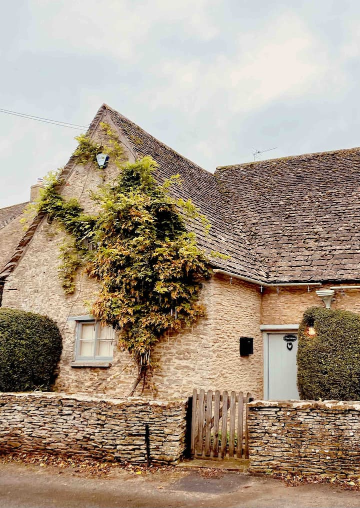 Classic Pretty Cottage in Southrop, The Cotswolds