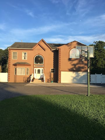 3 BR House w/ Pool, 10 mins from Atlantic City!