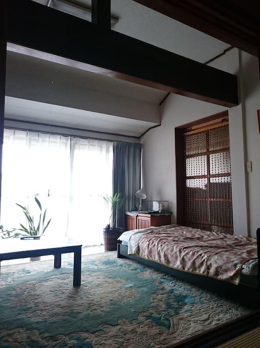 和室の隣の寝室(兼リビング)です。ベッドは1台です。