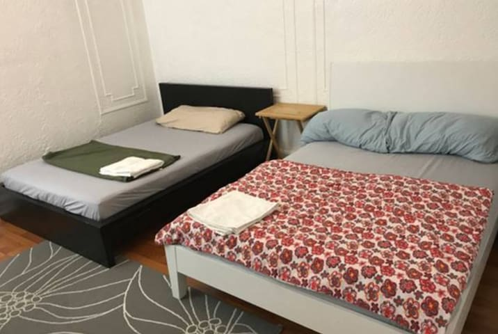 Large room with two double beds in Sunnyside!