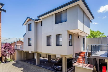 Leederville House close to the City and transport - Leederville - Haus