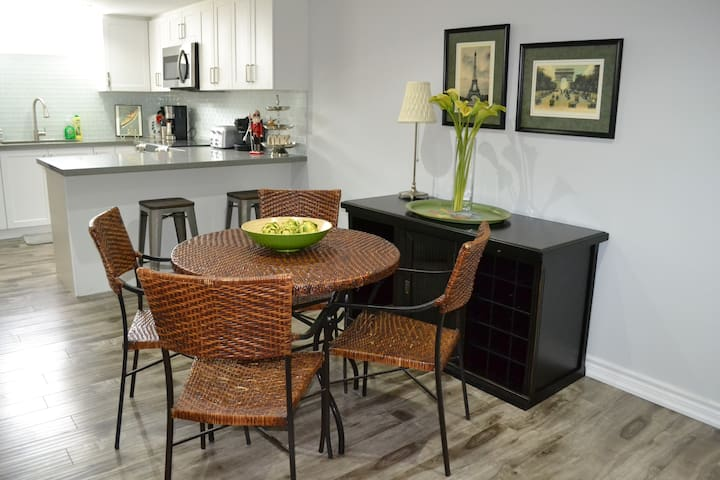 Eating area for 6 people, table for 4 and 2 bar stools