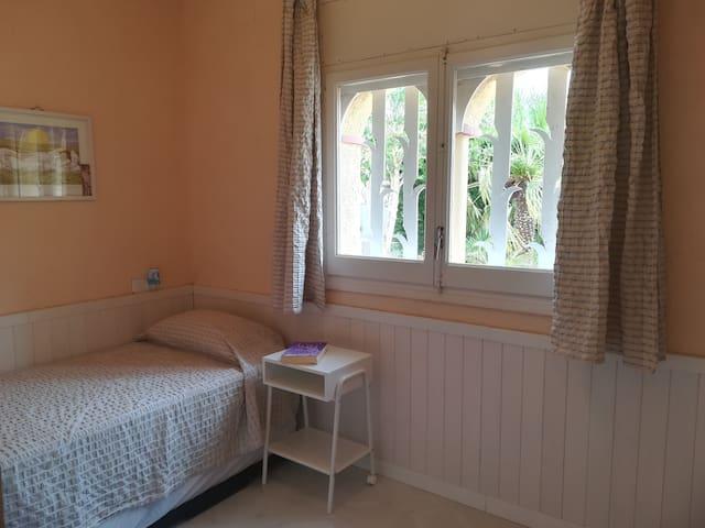 Habitación planta baja con cama nido (2 camas de 90 x 1.90)