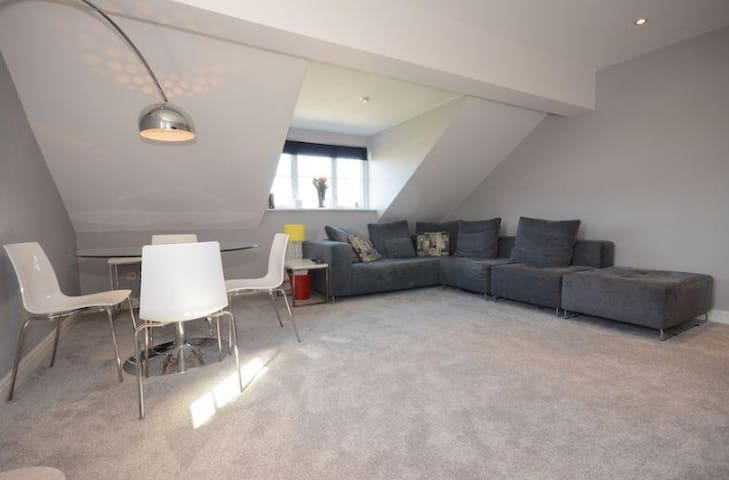 5* Luxury 2 bed apartment, FREE parking for 2 cars