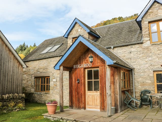 BUGABOO COTTAGE, pet friendly, with a garden in Aberfeldy, Ref 21366