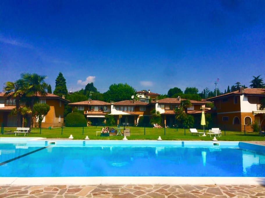 Splendida villa sul lago di garda con piscina ville in for Piani di casa sul lago per lotti ripidi