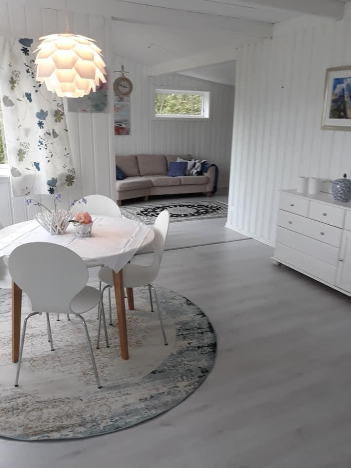 Landlige og rolige omgivelser, nært Ålesund.