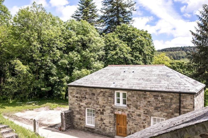 Glynn Bull Pen a spacious,  secluded elegant barn.