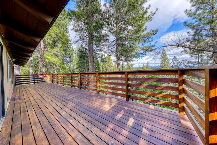 Mountain home with forest views, shared pool access, close to lakes & hiking