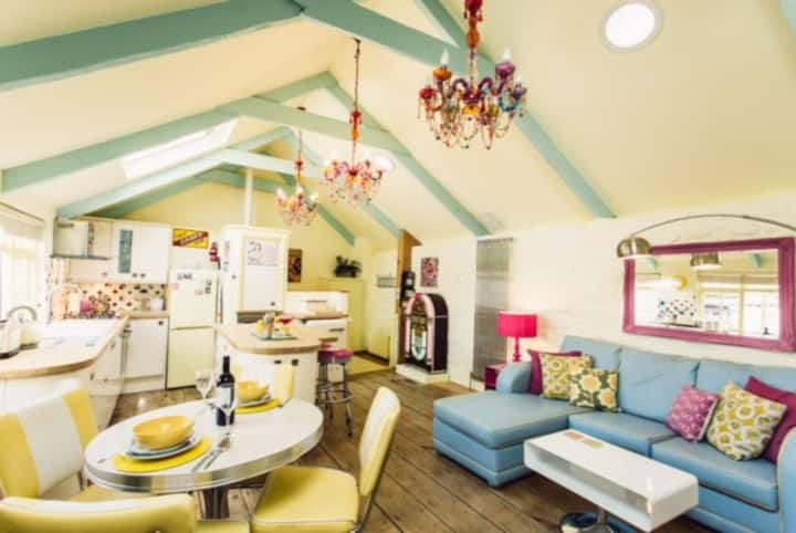 Light bright and funky retro loft with juke box!