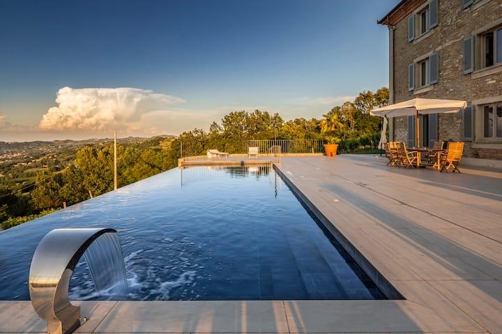 Luxury Villa & spectacular inifinity pool AlbaAsti