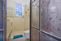 Bathroom doen in tadelakt (100% organic material)