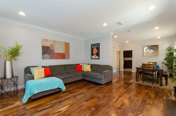 Huge Hollywood 4BR/3BA! SLEEP 9! BEST LOCATION!!!