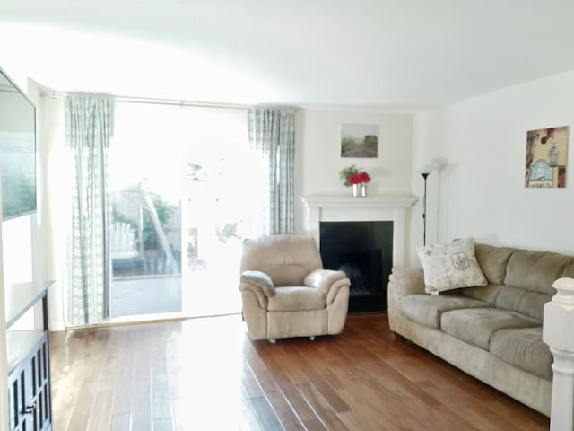 3 BR Townhouse in San Diego 23 min to the beach.
