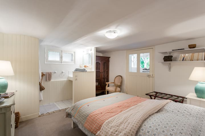 Bedroom 4 with Bathroom2 i.e Shower&washbasin/Bed 140cm/West under Terrace/Basement