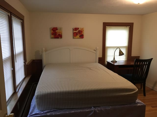 Clean, Private R w queen size bed - Cranston - Huis