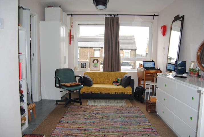 Spacious studio flat, 3 min from the central line