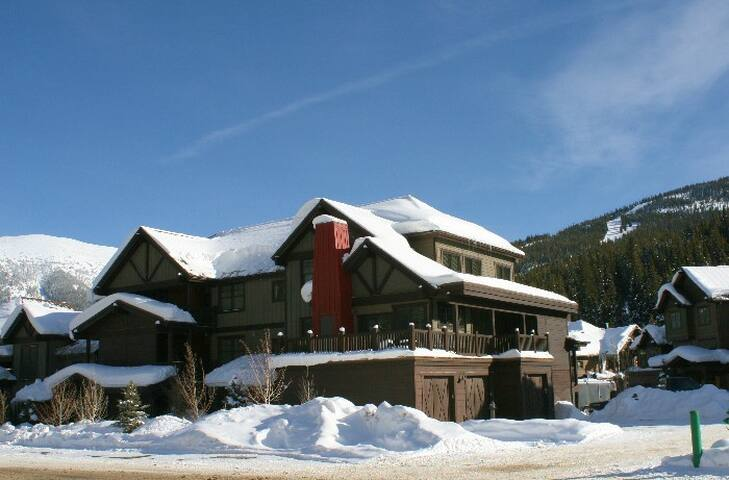 2 Bedroom Copper Mountain Short Walk to High-Speed Chair Lift! Virtually Ski-in/Ski-out