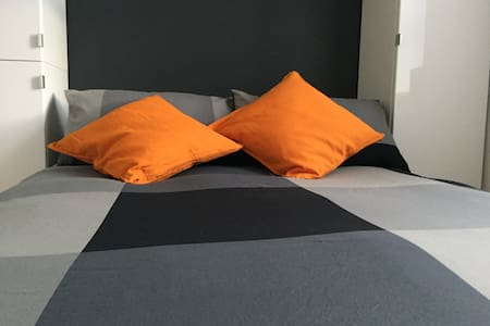 Chambre orange lit double