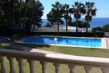 Spendide vue sur la mer, la piscine et le jardin depuis la terrasse principale