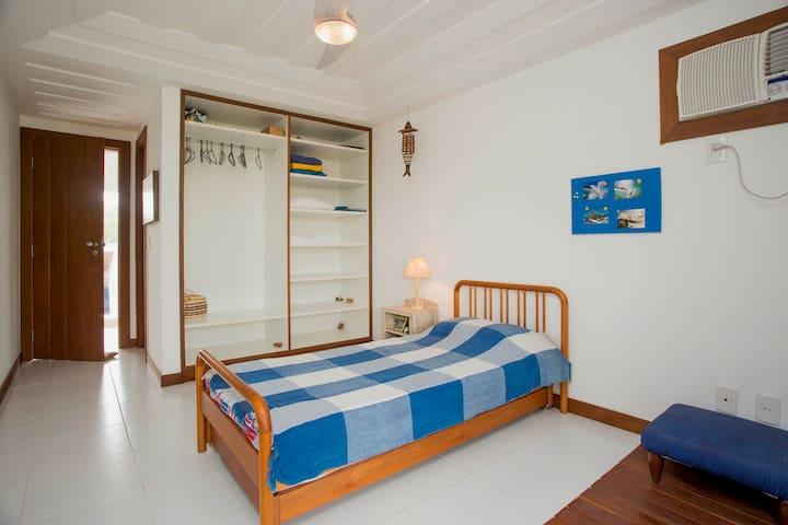 Suite azul, com uma bicama