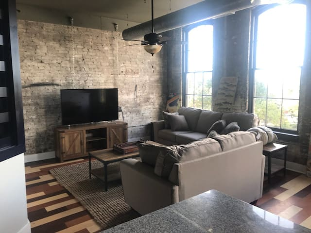 Historic New Loft!!- Only 5 miles from Skaneateles