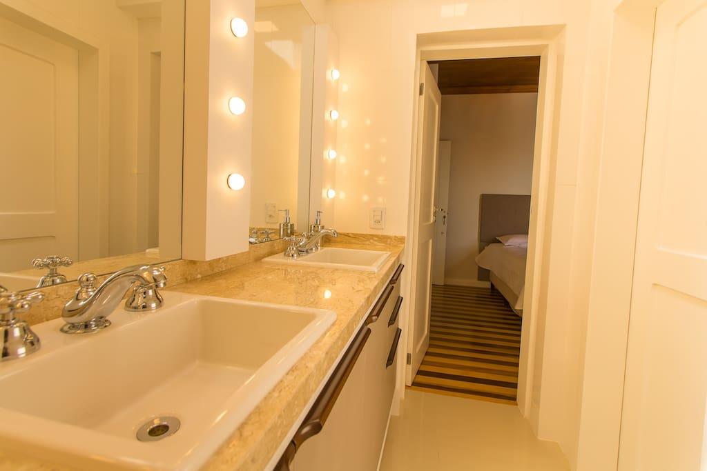 Banheiro compartilhado para uso de 2 quartos.