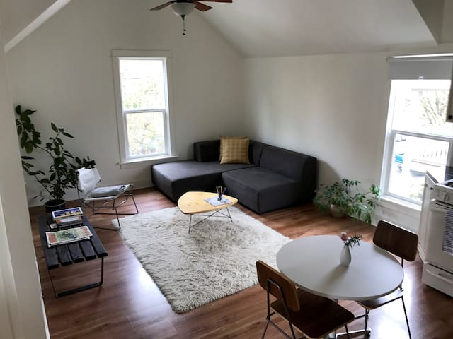 Sunny, private duplex SE Portland. Walk/bike/drive