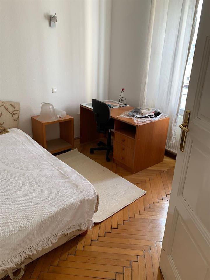 Yatak odasında büyük iki kişilik yatak vardır .Ayrıca çalışma için masa ve çalışma sandalyes i yani ofis koltuğu vardır .Gayet iyi tasarlanmış bir yatak odasıdır