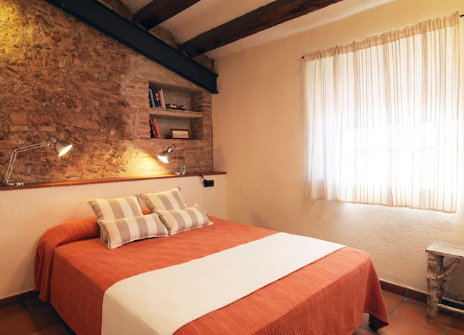 A double room. The stone wall is original from the 18th century