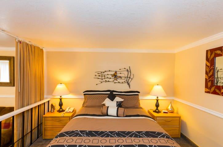 Cozy 1BR Condo w/ King Bed (+ many amenities!)