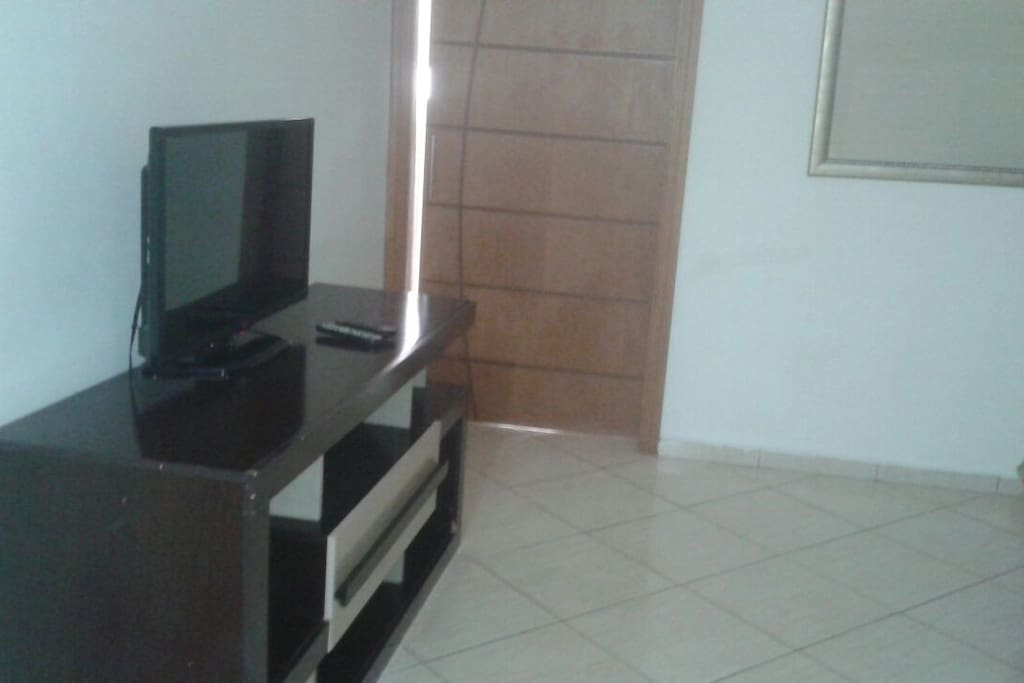 rack na sala com tv a cabo internet