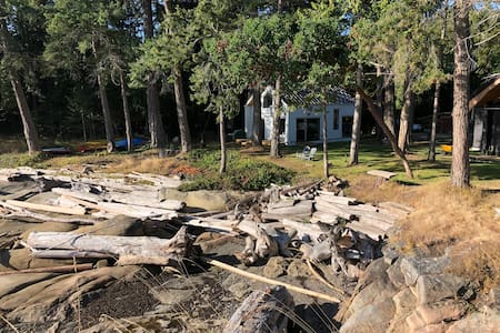 Oceanfront cottage w/ 2 bedrooms on Galiano