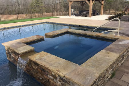 Luxury Retreat on Farm with Pool, Hot Tub, Fishing