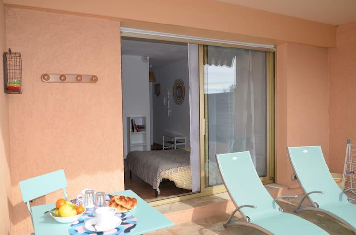 Studio lumineux,terrasse,parking (piscine l'été ).