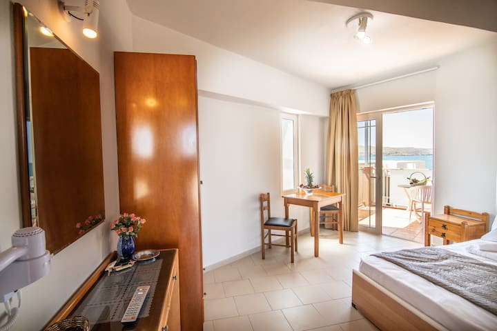 Standard double room with sea and pool view