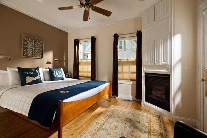 Room 1 (King Bed) - Benchmark Inn