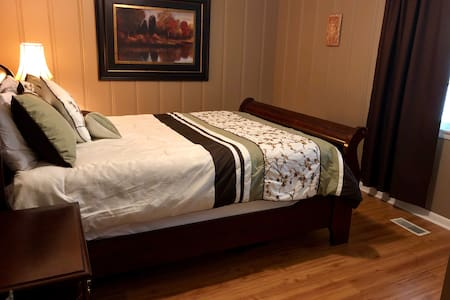 Private room w/own entrance 15 mins from downtown!