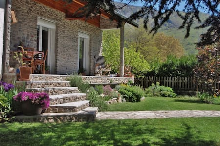 Cabcamp Guesthouse & Yoga near Plateau de Beille - Les Cabannes - Bed & Breakfast