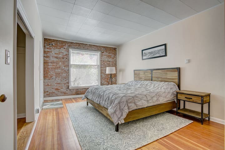 Hip, totally remodeled Apt - In Heart of Old Town