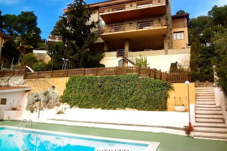 Heavenly 3-story villa in Sant Feliu with 5 bedrooms and a private pool only 25km from Barcelona - Willa