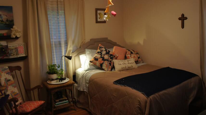 Sweet Bedroom Walking Distance to Rosebowl