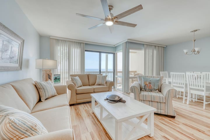Beautiful beachfront condo with shared pool/hot tub and beach access!