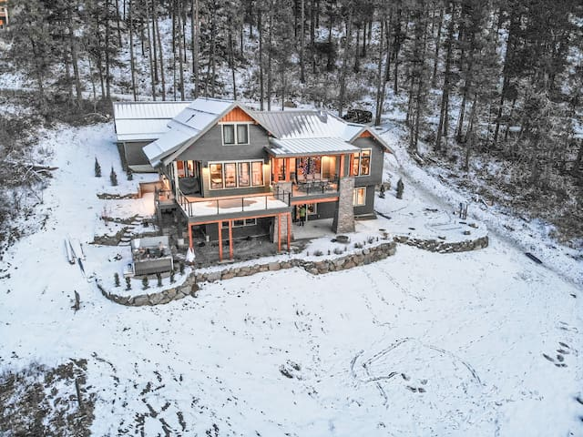 NEW LISTING! Stunning brand new home close to town, hot tub,WiFi, Views- Lookout Lodge-4 Bedroom, 5 Bathroom