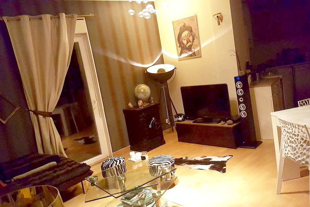 Salon avec station iPhone et tv écran plat -Canal Plus et bouquet et Bein Sport