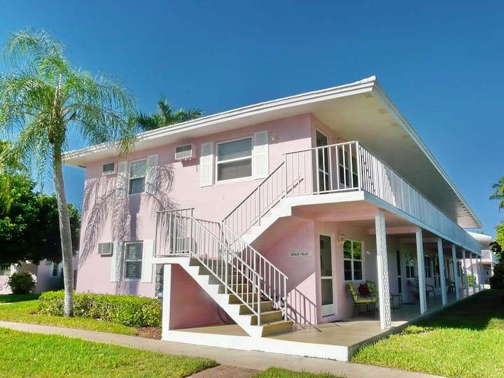 Tranquil condo w/ heated pool just a short walk from Resident's Beach